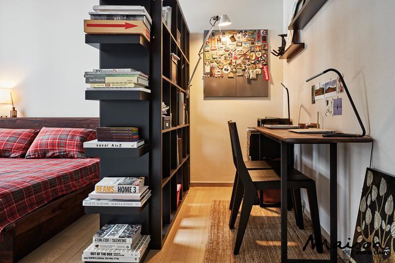 큰 책장을 중심으로 침실과 서재 공간을 나눠 두 가지 역할을 하는 안방. 부부의 공통 관심사인 디자인 서적으로 가득하다