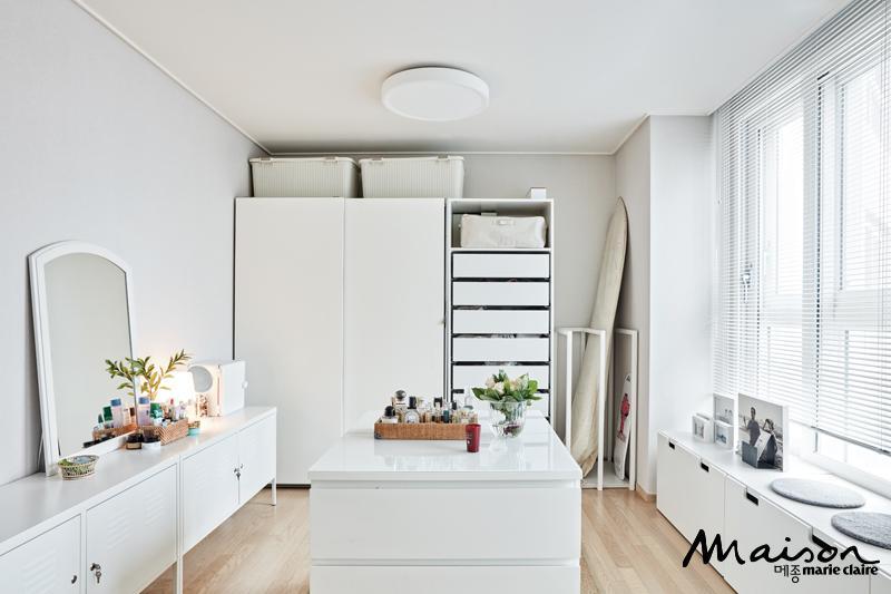 아내의 로망이었던 새하얀 드레스룸을 실현시킨 공간. 남편의 취미 생활인 서핑 보드도 한쪽 구석에 자리하고 있다