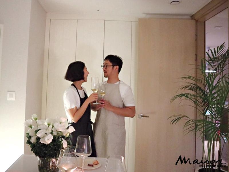 가끔 식사도 하는 드레스룸에서 서로를 마주 보며 웃고 있는 부부의 모습.