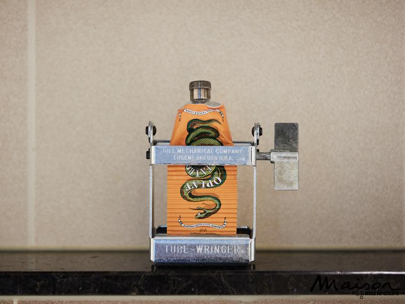 파리 편집숍 메르시에서 구매한 튜브 링거. 디자인이 뛰어난 불리 치약을 끼워두면 욕실 인테리어가 한층 세련돼 보인다. 5