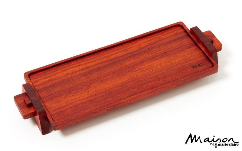 전통 짜임 기법인 방두산지장부 짜임을 응용한 찻상 '파덕'은 KCDF에서 판매. 8만원.
