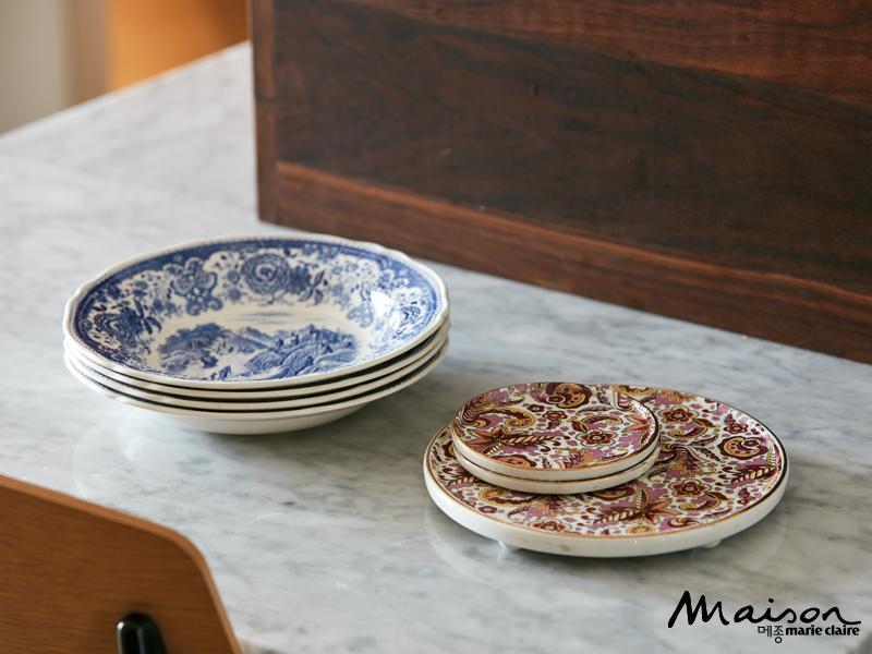 여행을 좋아하는 부부는 해외에 갈 때마다 빈티지 마켓에 들러 그릇을 구입한다. 아내는 가끔 빈티지 그릇으로 블로그 마켓을 열기도 한다.