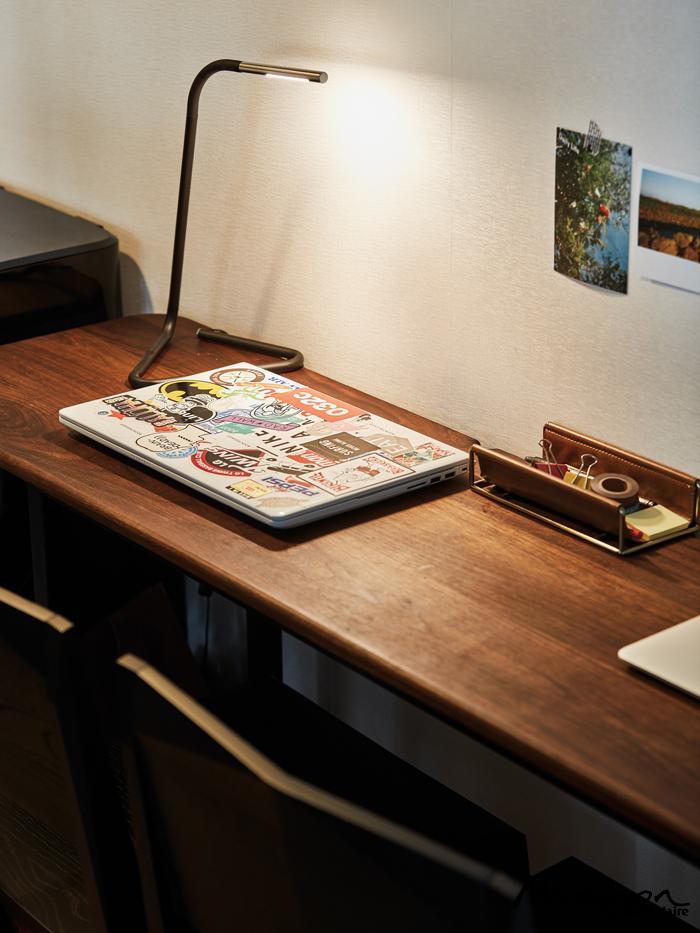 남편이 디자인하고 친구가 제작해준 원목 책상. 다양한 스티커를 붙여놓은 남편의 노트북.