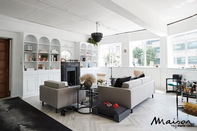 호스팅하우스는 마주 보는 두 개의 공간이 쇼룸과 카페, 바로 이뤄져 있다. 클래식한 나무 문을 열고 들어가는 순간, 이곳이 뉴욕에 있는 어느 아파트인지 착각할 만큼 근사한 공간이 나온다.